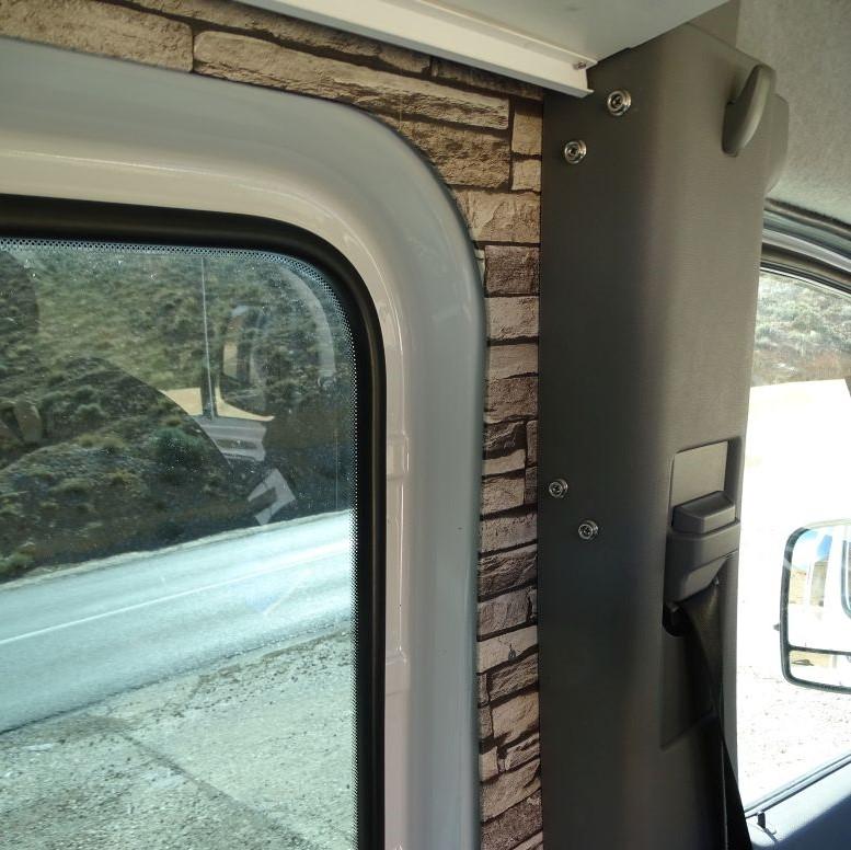 Druckknöpfe in der B-Säulenverkleidung für Wohnmobil Gardinen