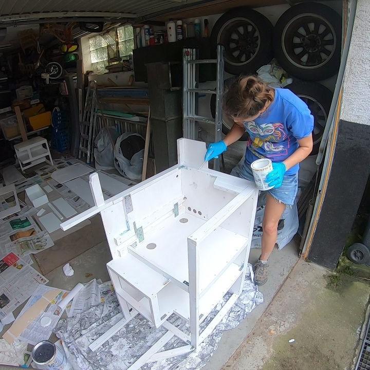Holzbehandlung-Streichen des Küchenschranks mit Dekorwachs