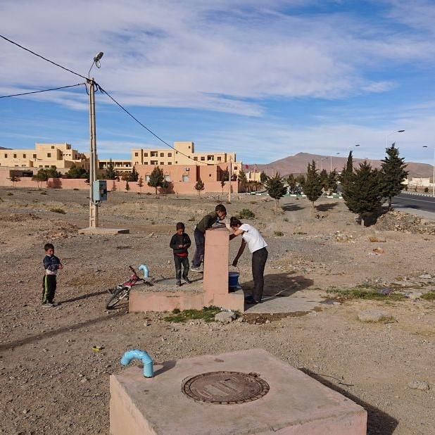 Wasser-Aufladen am Brunnen in Marokko