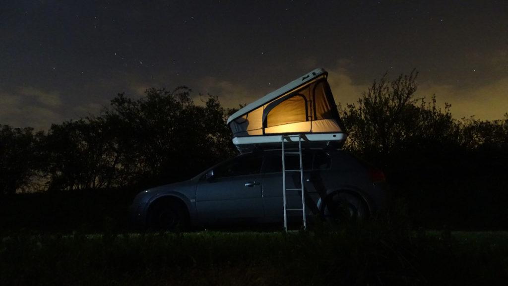 Mini Camper bei Nacht