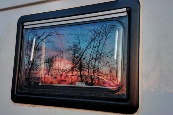 Alina schaut aus dem Fenster